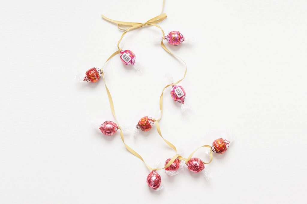 lindt-the-season-decorate-christmas-lindor-garland-06b